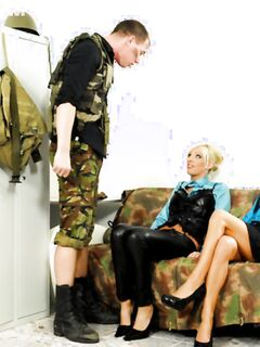 Военный трахает двух подруг в одежде