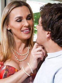 Изящная Таня Тэйт соблазнила парня своей дочери пока та была в школе