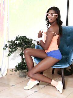 Чернокожая студентка показывает свое нагое тело