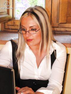 Блондинка на рабочем месте демонстрирует миру свои ножки в колготках
