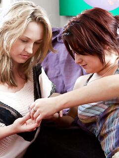 Лесбияночки Anneke и Sylvanna лижут друг другу волосатые писюхи