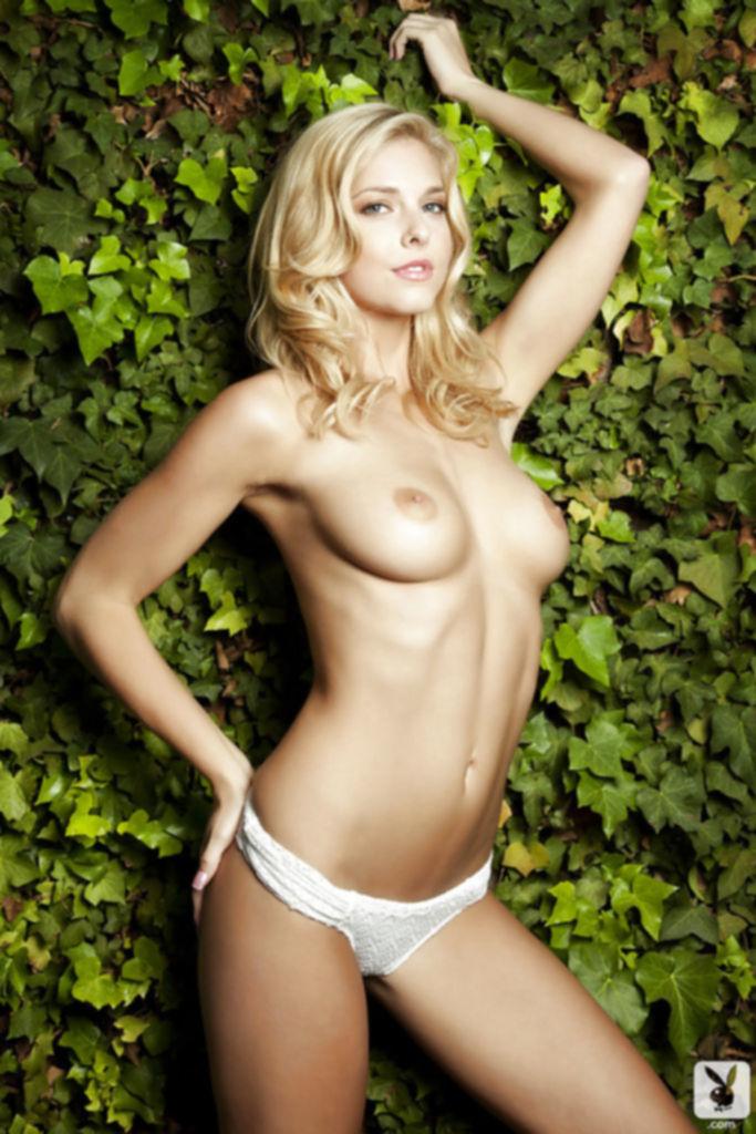 Прекрасная блондинка демонстрирует свою наготу на природе