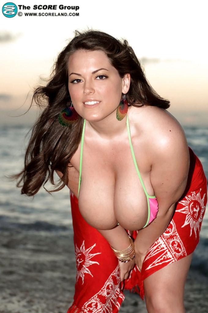 Толстушка Taylor Steele с огромными дойками позирует на пляже под закат солнца