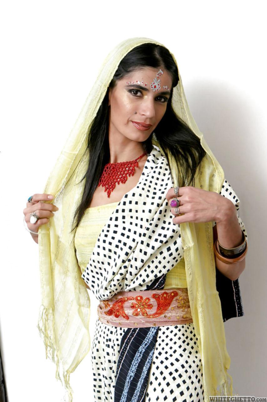 Красивая индианка демонстрирует свою красоту не снимая одежды