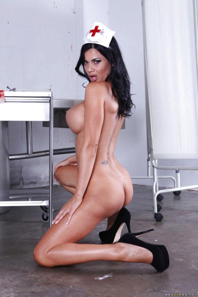 Сексуальная медсестра готова провести вам медосмотр с пристрастием