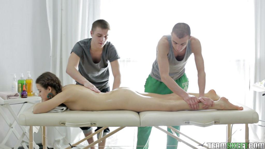 Телочка трахается с массажистами во время сеанса эротического массажа