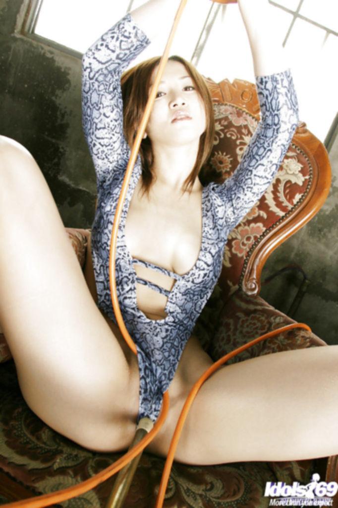Горячая японка позирует перед камерой в бикини