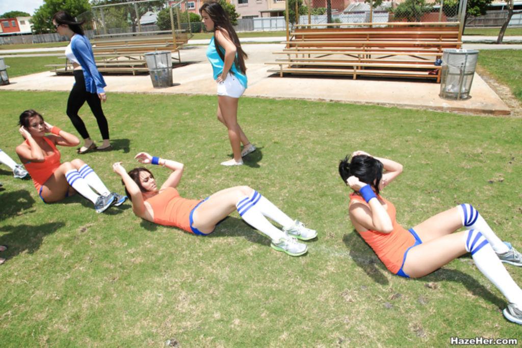 Групповое занятие спортом молодых красоток студенток