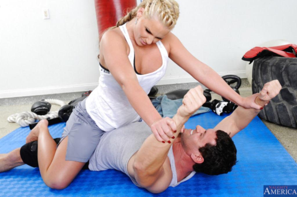 Любительница анального секса получает порцию секса после тренировки