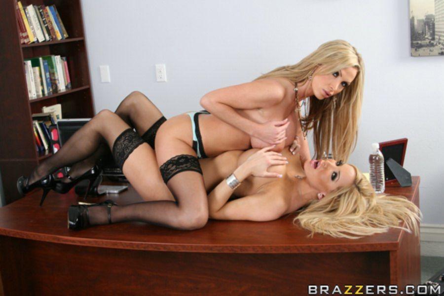 Лесбийские игры двух пышногрудых блондинок в офисе