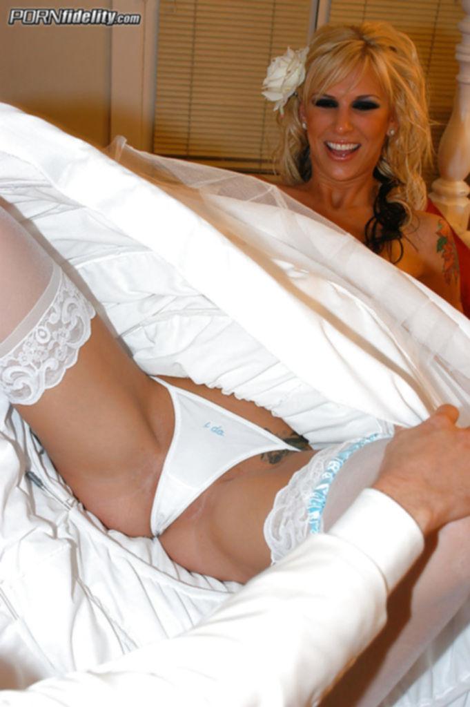Первая брачная ночь для молодоженов закончилась великолепным сексом