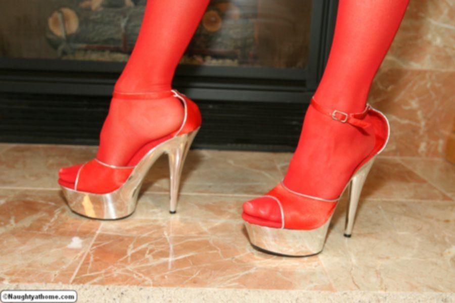 Домохозяйка снимает с себя красное белье у камина
