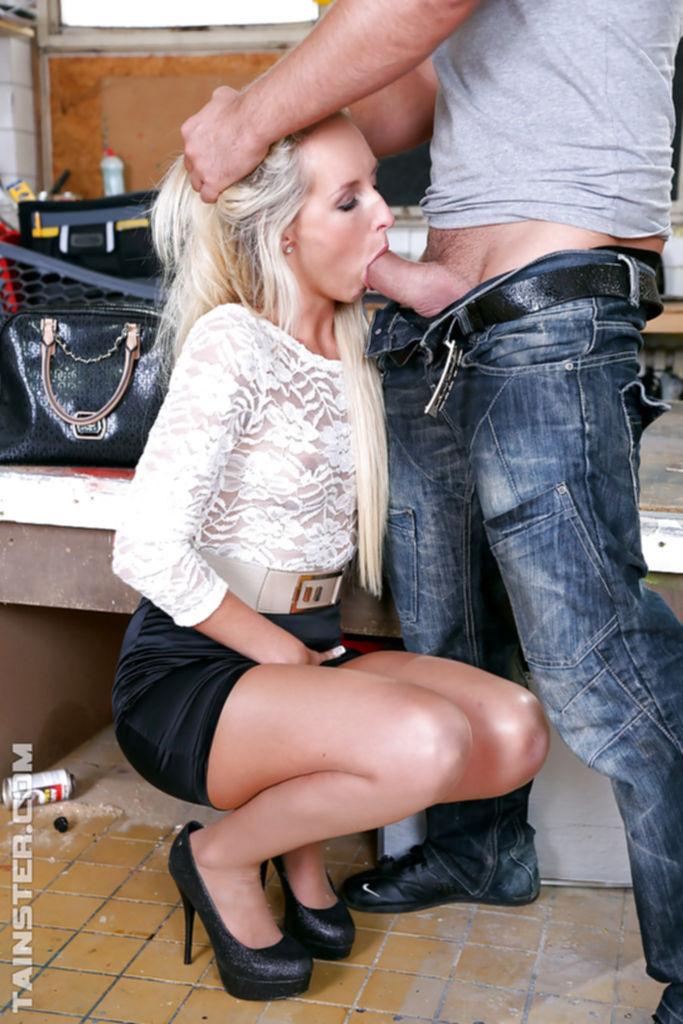 Шикарная блондинка не раздеваясь дала себя трахнуть рабочему