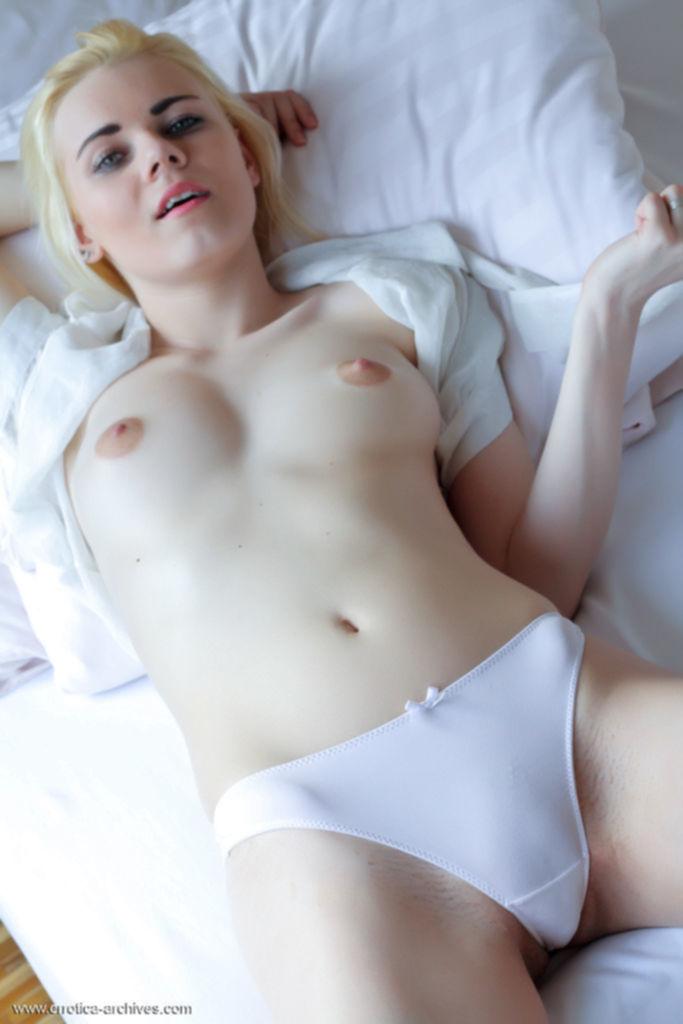 Молодая блондинистая модель Nordica завораживает сиськами и пиздой