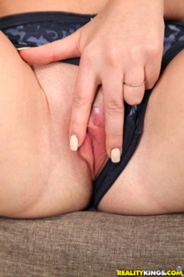 Сексуальная красотка с большими буферами разделась перед камерой