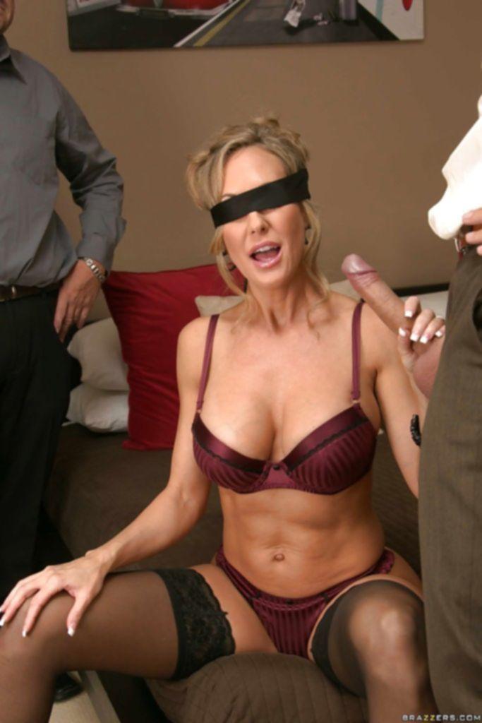 Домохозяйка Brandi Love ебётся с незнакомцем пока её муж наблюдает за этим