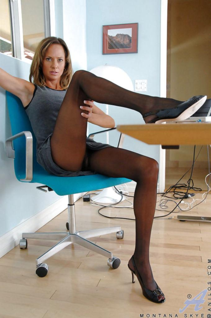 Зрелая секретарша демонстрирует свои прелести прямо на рабочем месте