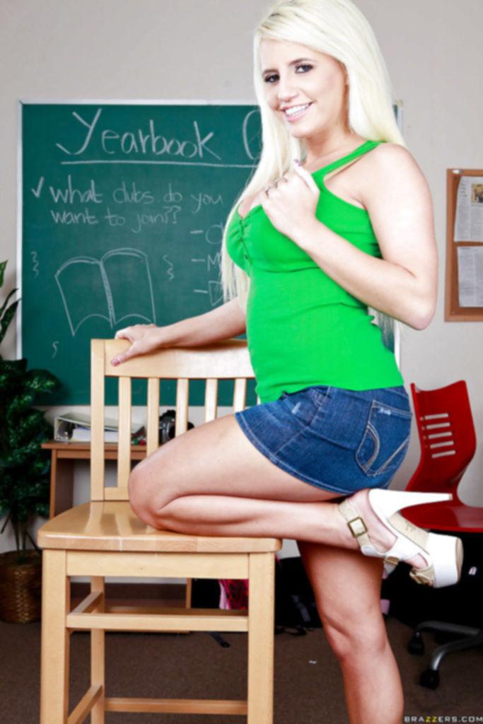 Сексуальная студентка показала большие сиськи прямо в аудитории колледжа
