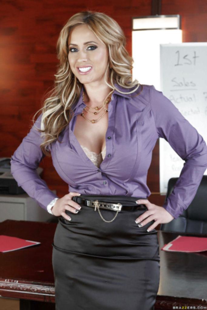 Блондинка с большими дойками разделась до гола в офисе