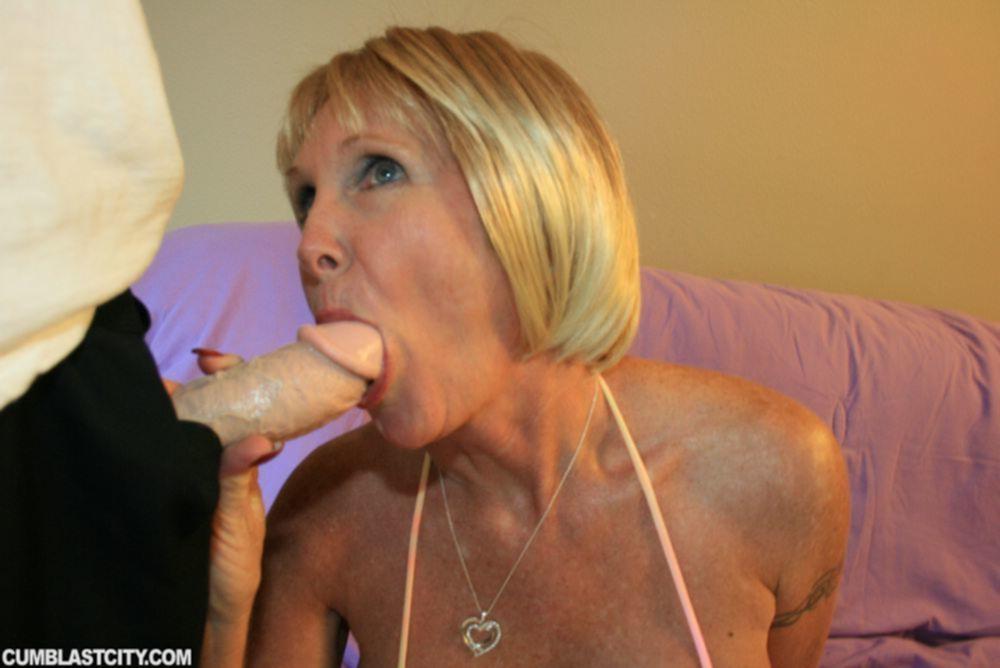 Зрелая блондинка приняла на лицо литры спермы