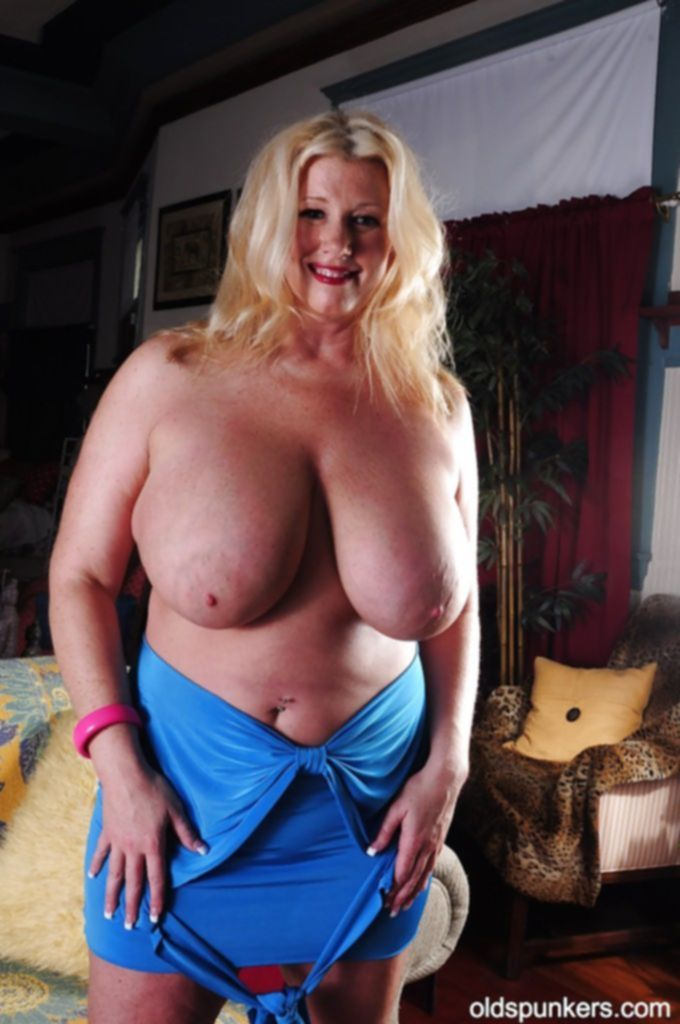 Толстушка в возрасте облизывает свои огромные сиськи