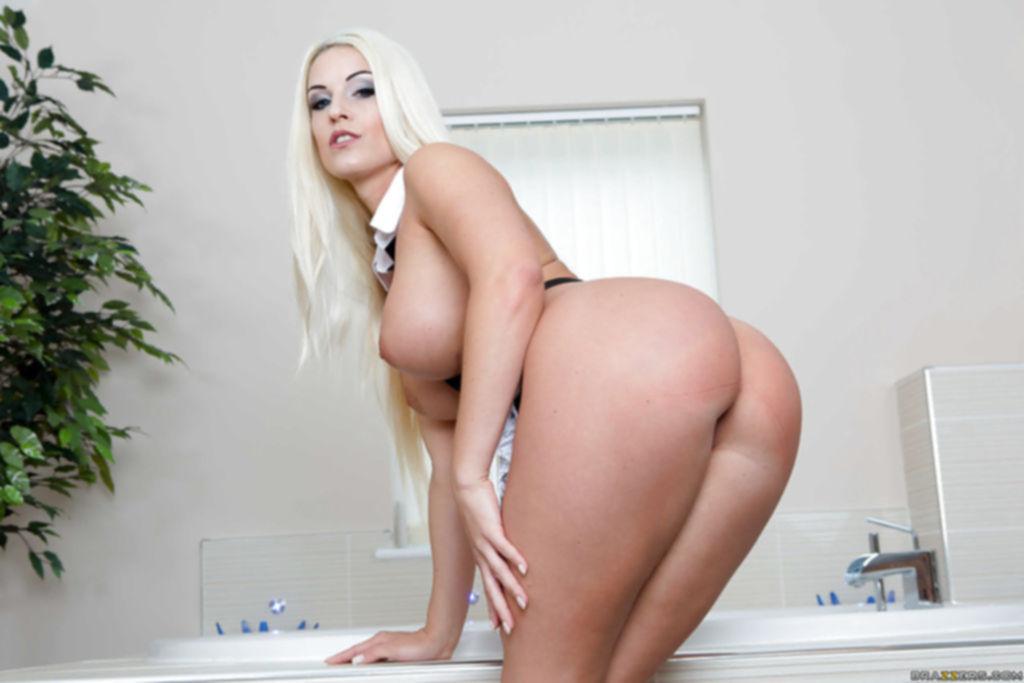 Белокурая горничная снимает свой секс наряд