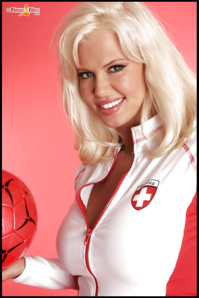 Спортивная блондинка показывает свои большие сиськи
