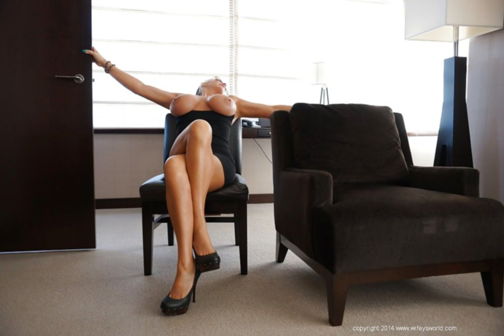 Пышногрудая домохозяйка Сандра Оттерсон позирует и показывает свои прелести