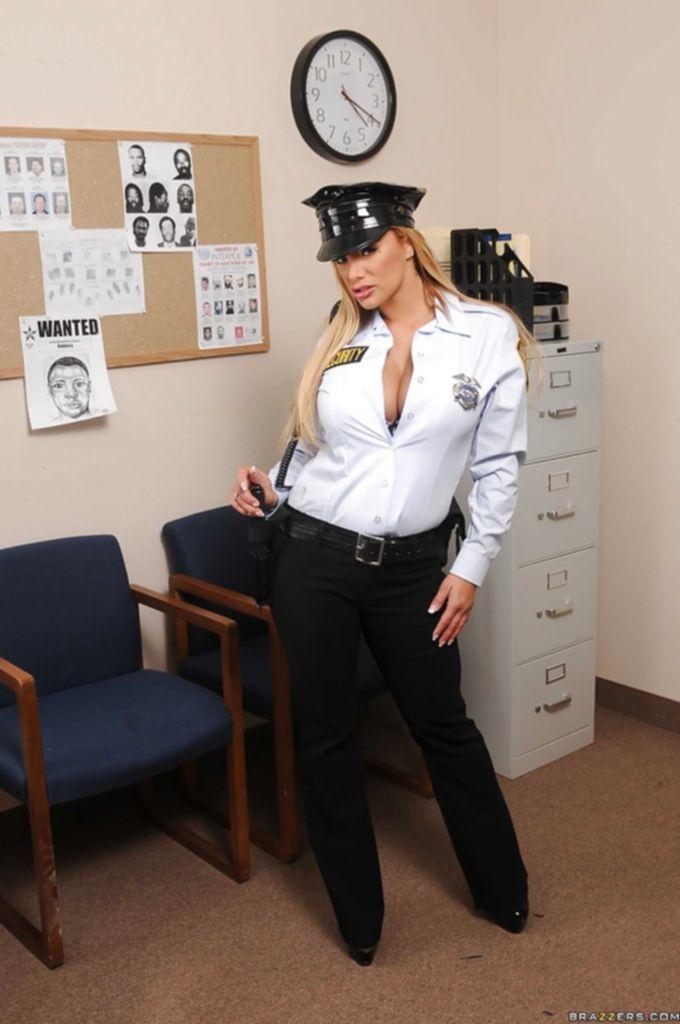 Властная блондинка показывает великолепные формы, сняв полицейскую униформу