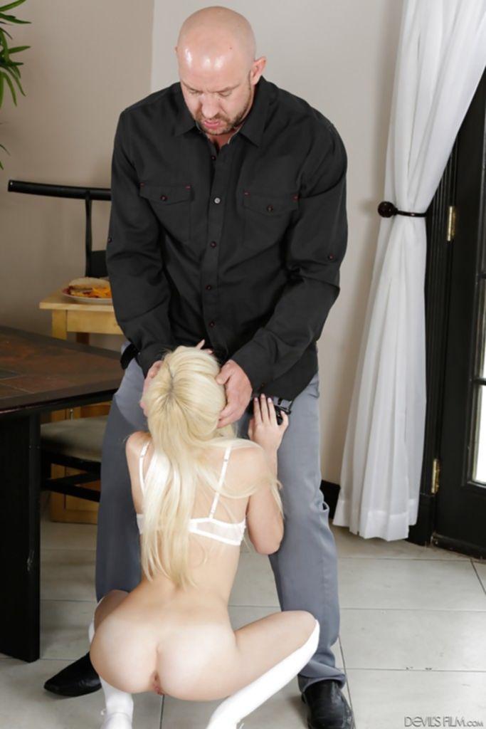 Белокурая малолетка Piper Perri делает первоклассный отсос лысому хмырю