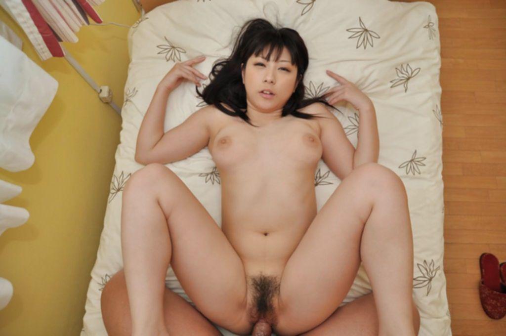 Милая японка сосет парню член и готовится дать поиметь себя в волосатую киску