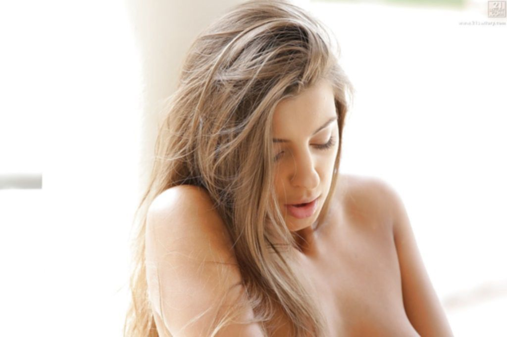 Нежная крошка сняв бикини, мастурбирует на свежем воздухе