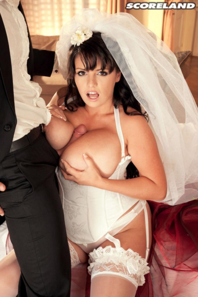 Невеста искусно отсосала жениху член прямо на свадьбе