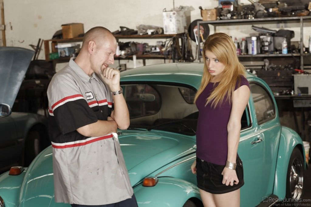 """Недовольная клиентка была трахнута авто мастером прямо на """"жуке"""""""
