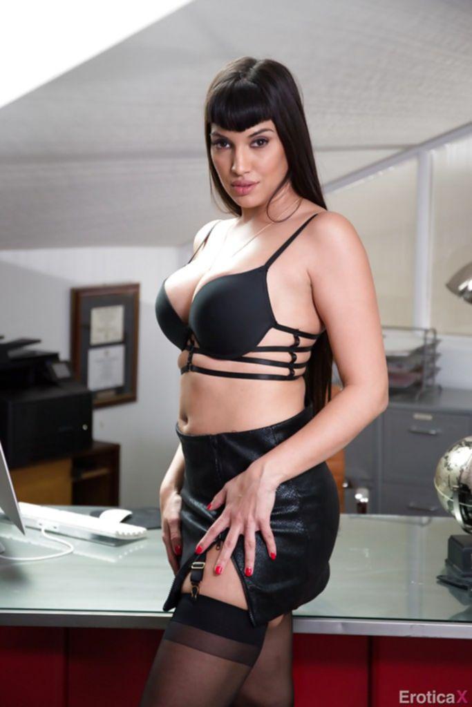 Секретарша показала свои большие сиськи и жопу