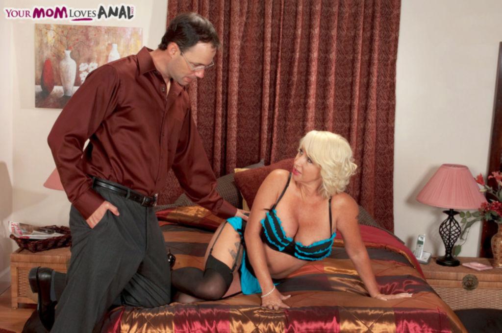 Горячая зрелая блондинка трахается с мужем