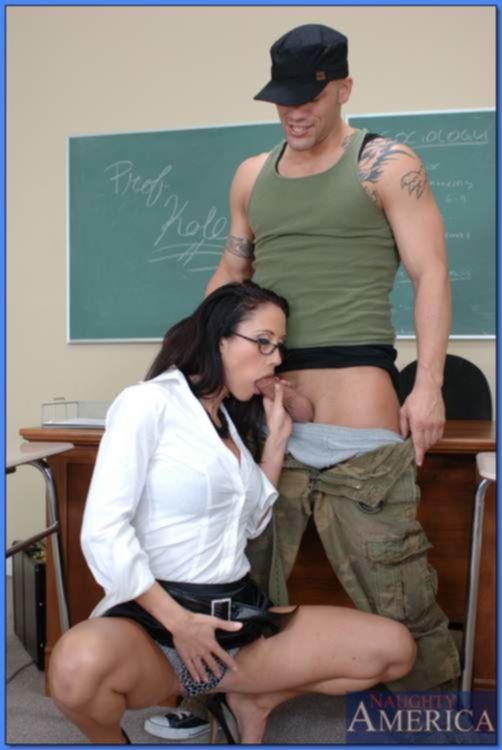 Физрук поимел училку в очках после занятий в колледже
