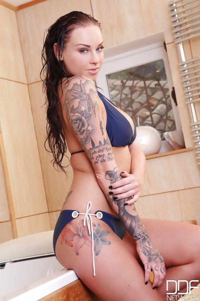 Татуированная модель Даниэлла Мэй всем показывает своё тело в ванной