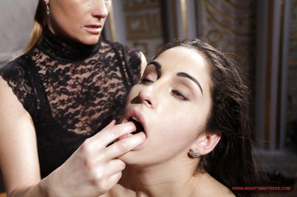 Зрелая лесбиянка наказала молодую подругу