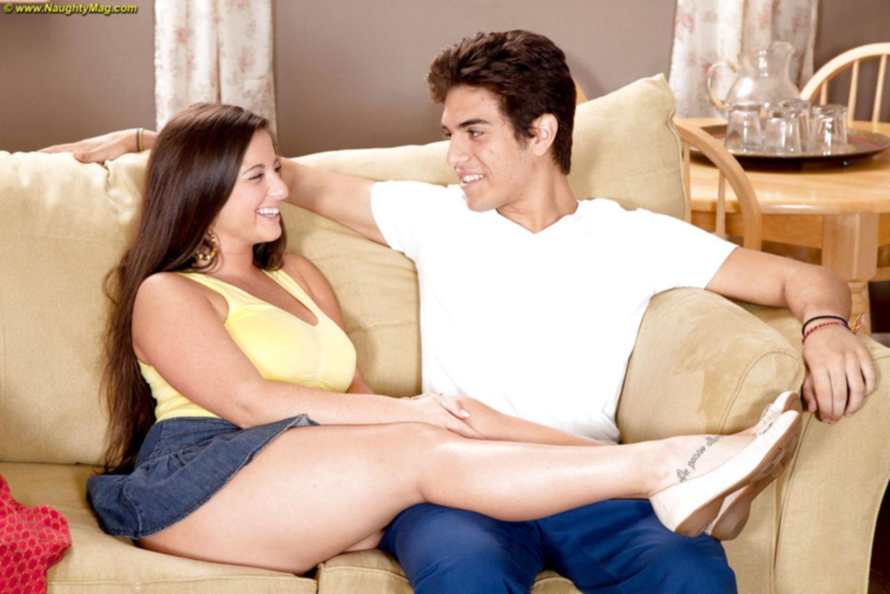 Молоденькая телочка с большими титьками трахается со своим парнем