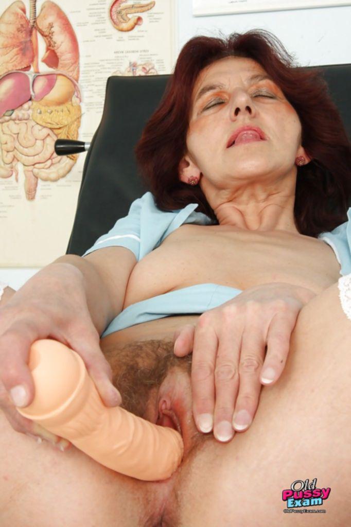 Женщина врач после приема трахает себя дилдо