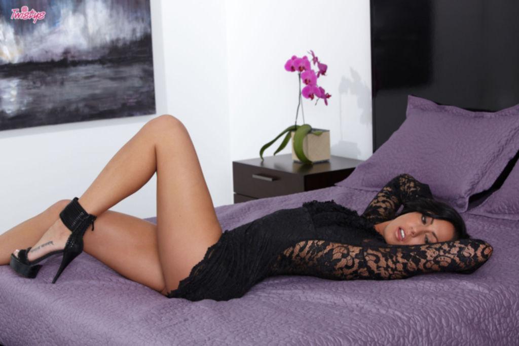 Тёмненькая сучка по имени Tiffany Brookes мастурбирует на камеру