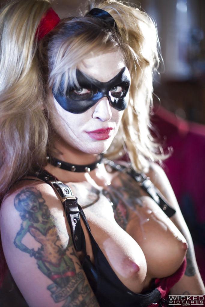 Бэтмен трахает Харли Квин и кончает на неё