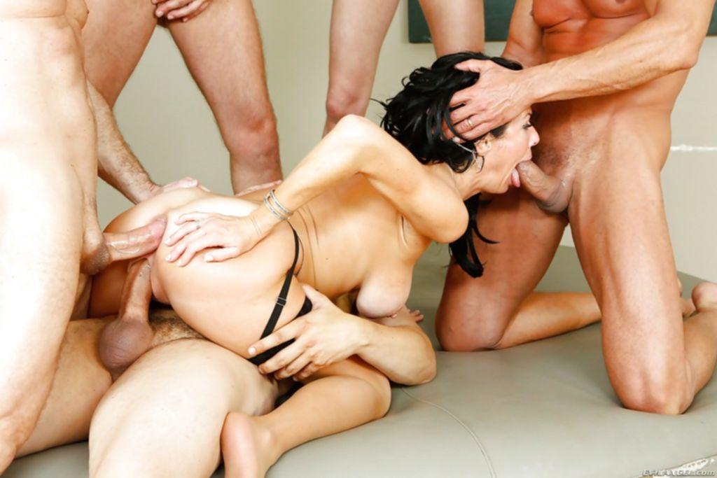 Бабенка любит потрахаться сразу с несколькими мужиками