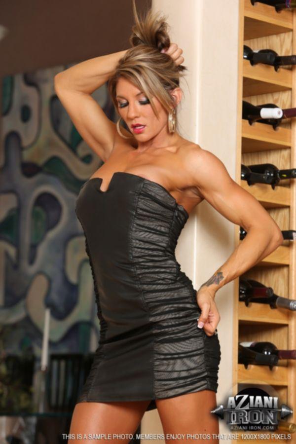 Красотка в черном платье и на высоких каблуках демонстрирует свое роскошное тело