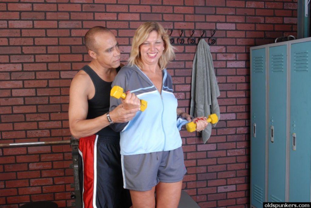 Пожилой тренер трахает зрелую блондинку после тренировки