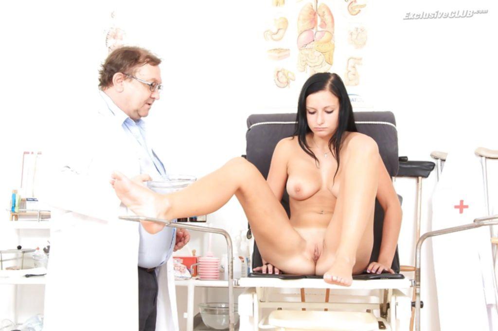 Брюнетка кайфует пока старый врач гинеколог пихает инструменты ей в шмоньку